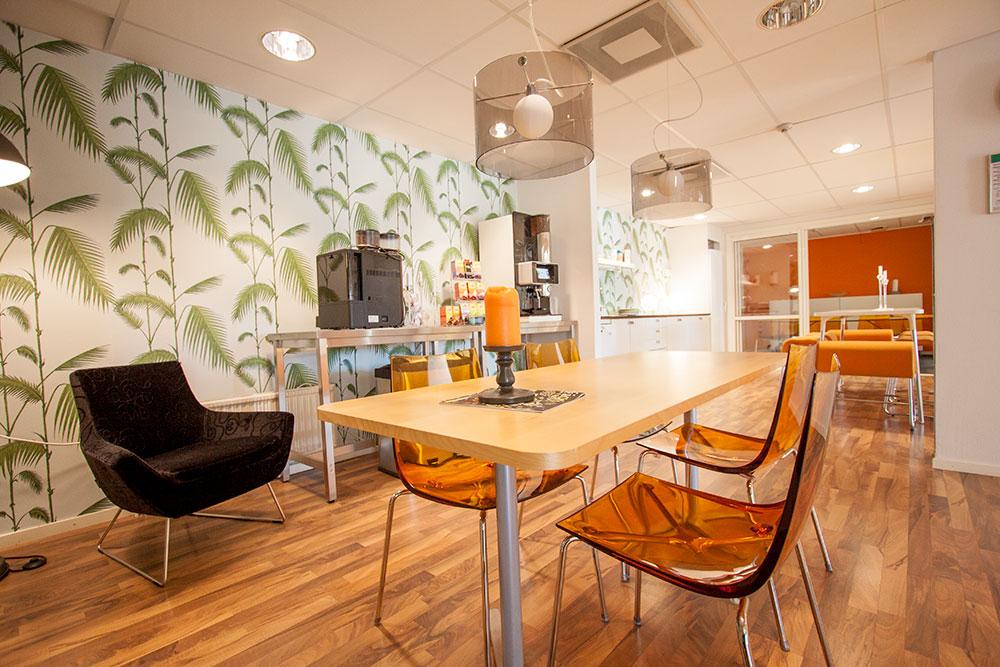 Fikarum mitt i kontoret skapar en naturlig mötesplats i det lediga kontoret
